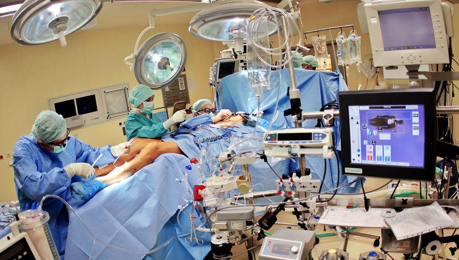 Chirurgen bereiten eine Herzoperation vor (Archivbild)