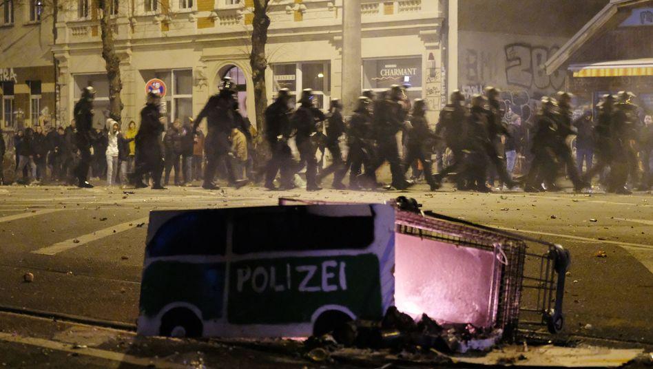 Polizisten im Stadtteil Connewitz am Silvesterabend