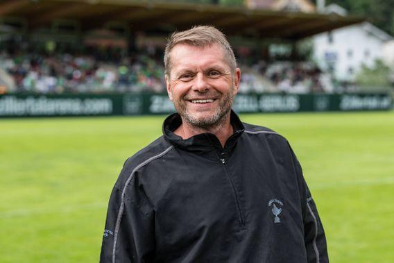 """Uli Borowka (Jahrgang 1962) absolvierte insgesamt 518 Pflichtspiele, vor allem für Borussia Mönchengladbach und Werder Bremen, sowie sechs Länderspiele. Als er seine Alkoholprobleme nicht in den Griff bekam, trudelte seine Profikarriere aus und endete 1998. Zwei Jahre später gelang ihm durch eine Entziehungskur der Ausstieg aus der Sucht. Unter dem Titel """"Volle Pulle"""" hat er mit SPIEGEL-Autor Alex Raack ein Buch über sein Doppelleben als Fußballprofi und Alkoholiker veröffentlicht."""