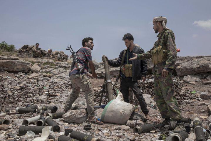 Miliz im Auftrag der Vereinigten Arabischen Emirate im Jemen bespricht einen Mörserbeschuss