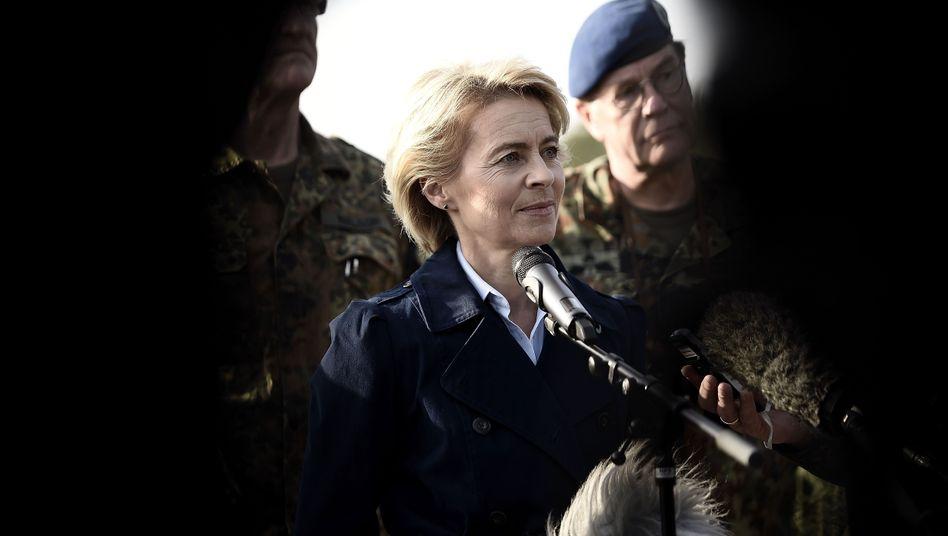Verteidigungsministerin von der Leyen auf Truppenbesuch: Unter Druck