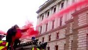 Britisches Finanzministerium mit Kunstblut eingesprüht