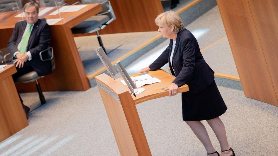 Die frühere NRW-Ministerpräsidentin Hannelore Kraft am Donnerstag im Landtag in Düsseldorf (links: Nachfolger Armin Laschet)