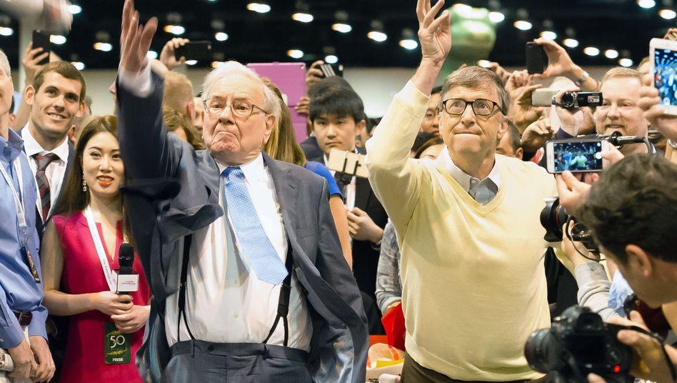Warren Buffett (l.) mit Bill Gates auf der Hauptversammlung von Berkshire Hathaway: Plant Gates weitere Pulloverübernahmen von Hans-Dietrich Genscher?