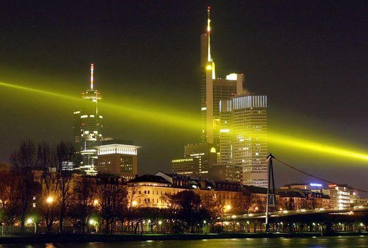"""Vor der Frankfurter Skyline ist der Lichtstrahl zu sehen, den der Kölner Aktionskünstler HA Schult """"gelben Kilometer"""" nannte."""