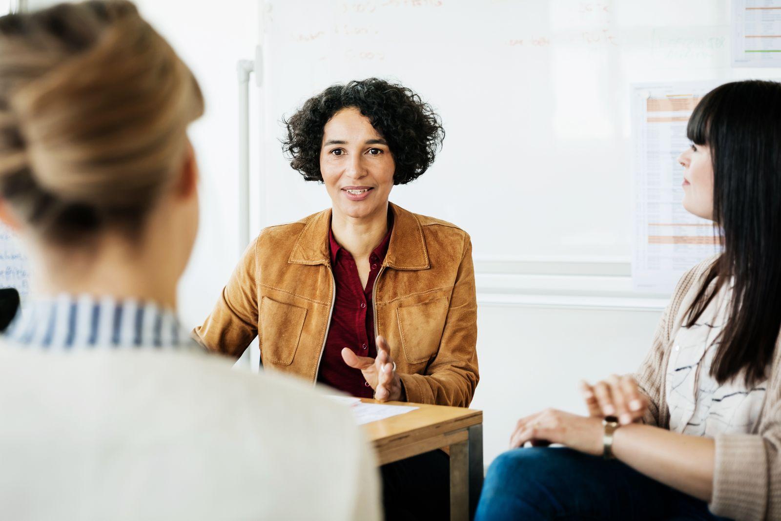 EINMALIGE VERWENDUNG Frauen bei der Arbeit