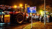 Hunderte Traktoren blockierenAldi-Lager
