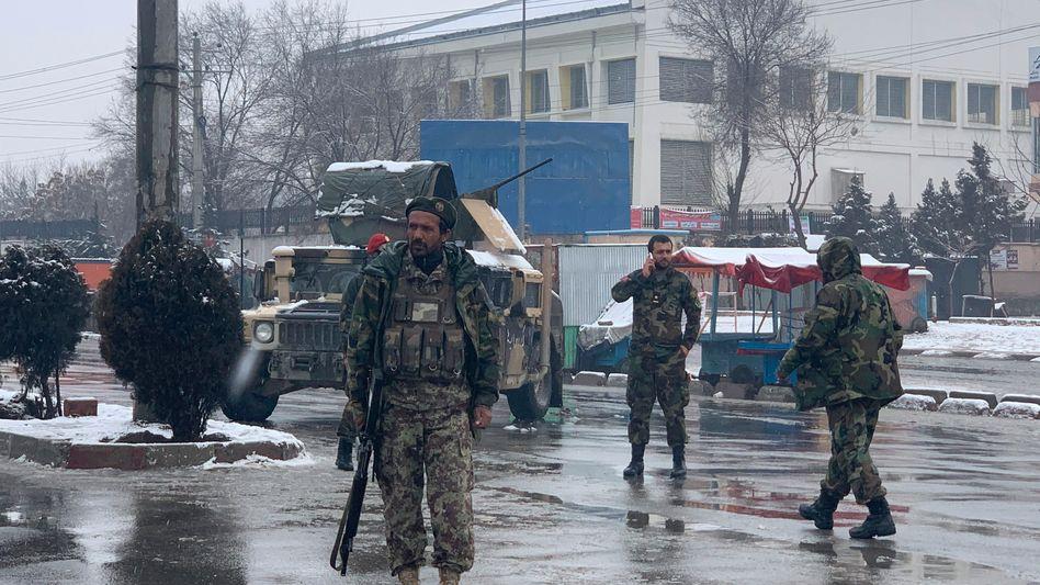 Soldaten stehen am Ort der Explosion in der Nähe einer Militärakademie