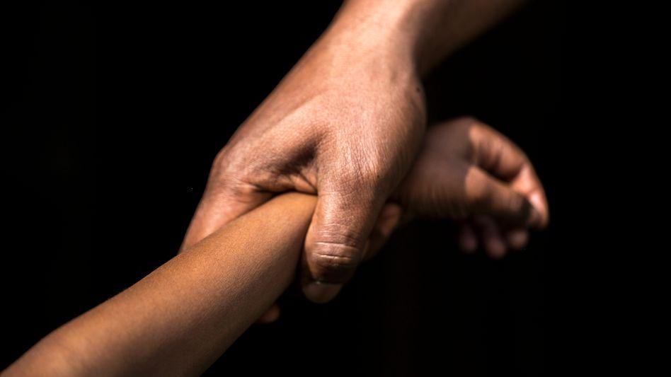 Erwachsener greift nach Kind: Dunkle Zeit mit Mama und Papa