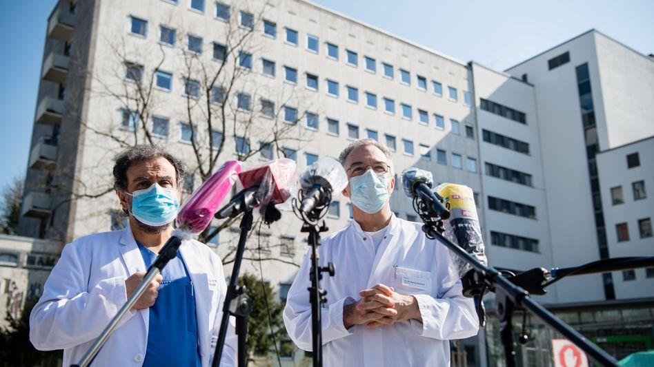 Mediziner Reza Ghotbi, Wolfgang Gesierich vor derHelios-Klinik München West