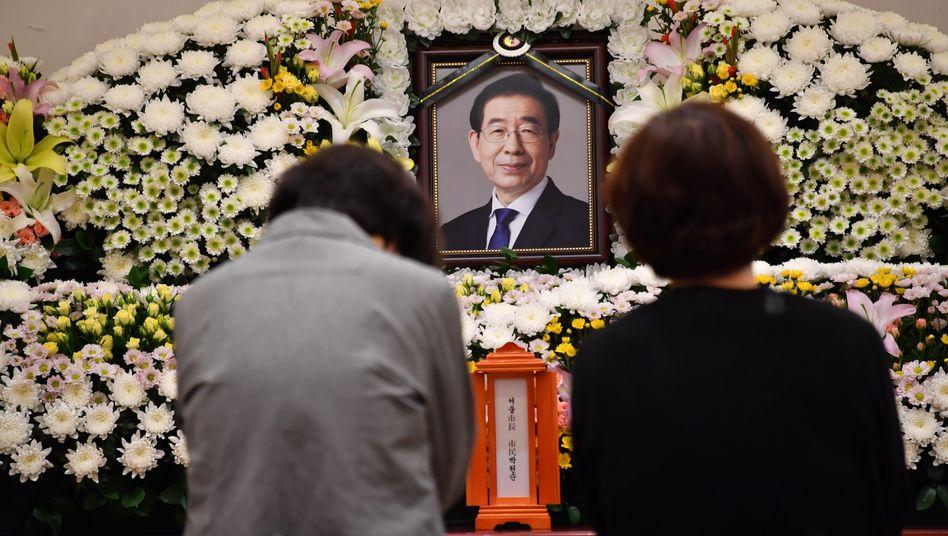 Trauernde in einem Krankenhaus in Seoul vor einem Porträt von Park Won-soon