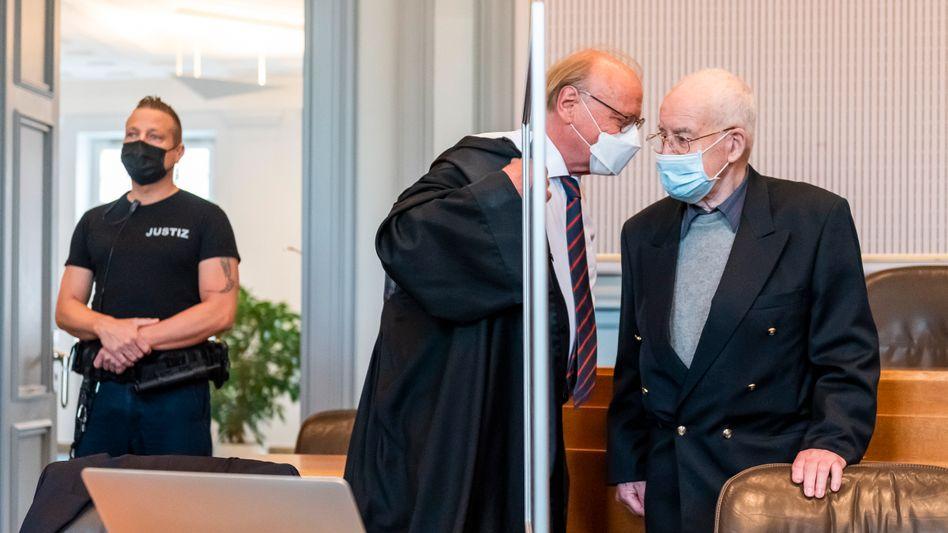 Klaus-Dieter F. (rechts) im Landgericht Kiel