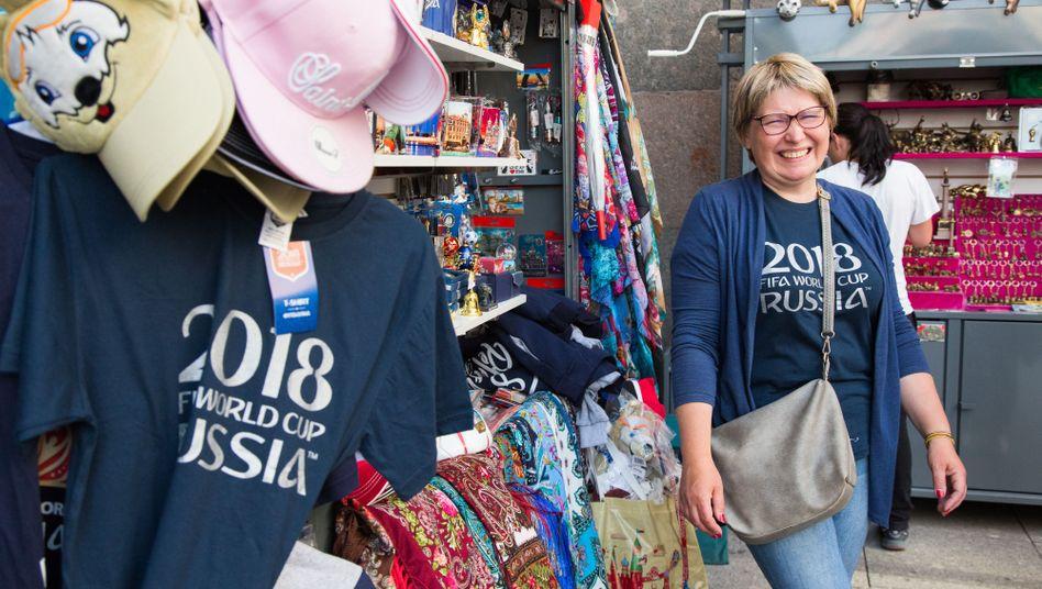 Für Marianna Menschekowa ist die WM die Möglichkeit, sich ein bisschen was dazuzuverdienen. Die Kunstlehrerin verkauft im Zentrum von Sankt Petersburg Souvenirs - und macht das auf ihre ganz eigene Art.