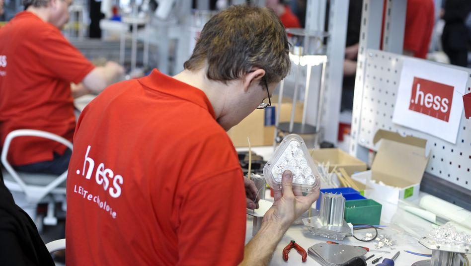 Mitarbeiter des Leuchtenherstellers Hess AG (Archiv): Deutliche Fehler in der Bilanz