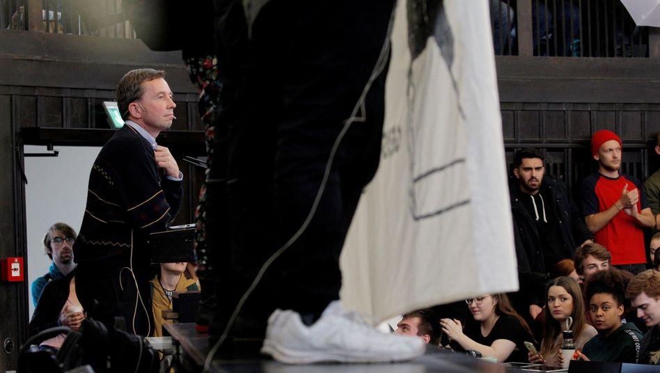Bernd Lucke, Wirtschaftswissenschaftler und AfD-Gründer, beim vergeblichen Versuch, seine Antrittsvorlesung an der Uni Hamburg zu halten