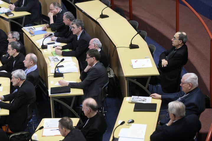 Barbarin (r.) beim Treffen der französischen Bischofskonferenz in Lourdes