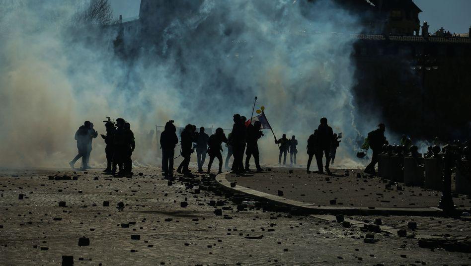 Bereitschaftspolizisten und Demonstranten bei Gelbwesten-Protest