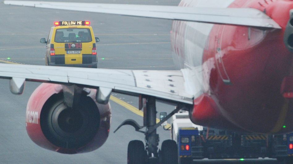 A van guides an aircraft to the gate at Frankfurt Airport: Hundreds of flights have been canceled in recent days because ground workers have gone on strike.
