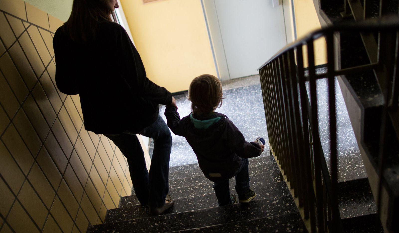 Alleinerziehende Mutter mit ihrem Sohn