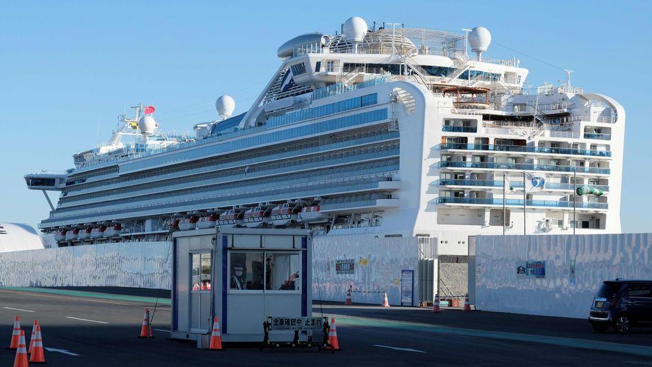 """Das unter Quarantäne stehende Kreuzfahrtschiff """"Diamond Princess"""" im Hafen von Yokohama"""