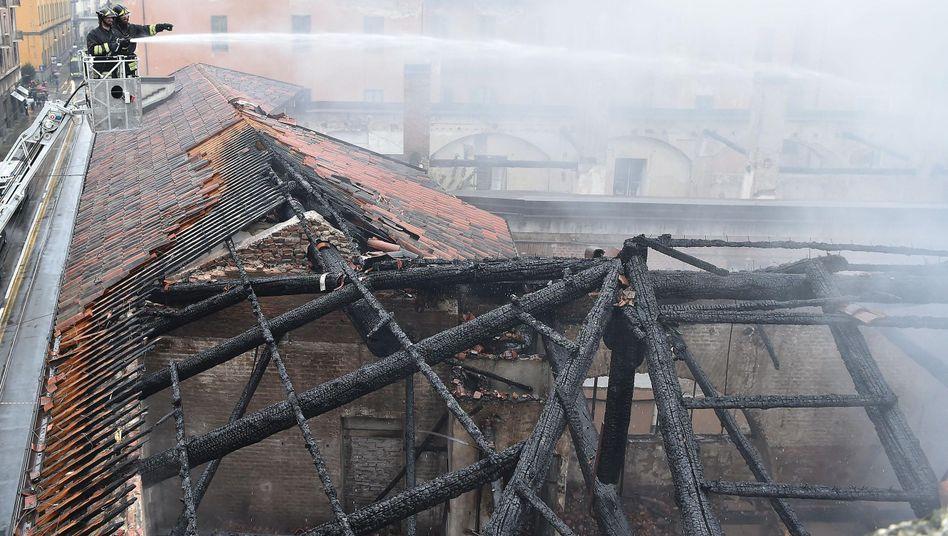 Einsatzkräfte am Dach der Cavallerizza Reale in Turin: