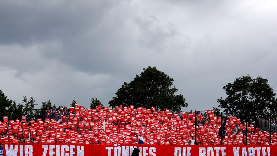 Für die mitgereisten Schalker Fans war kurz vor der Partie gegen Drochtersen/Assel das Spiel erst mal zweitrangig