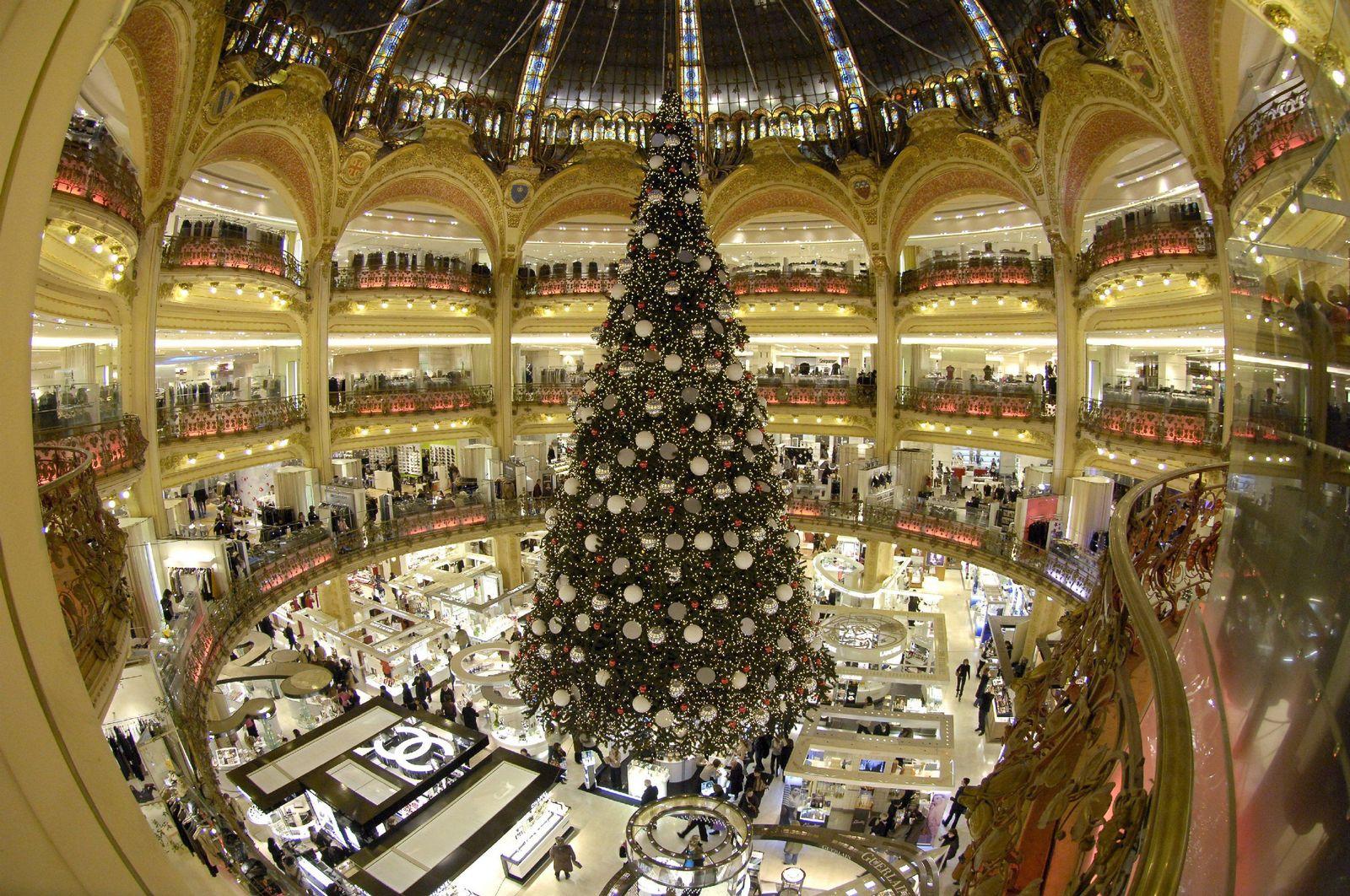 Weihnachtsbaum bei Lafayette in Paris
