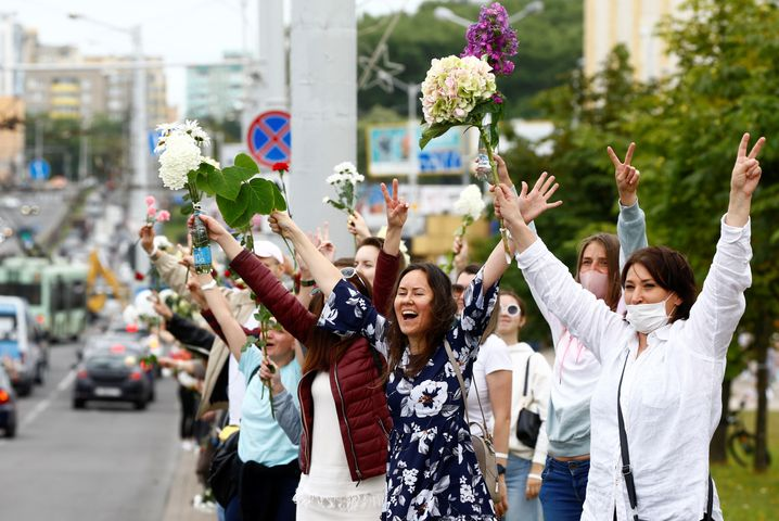 Im Zentrum von Minsk säumen Hunderte die Straße
