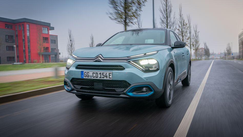 Der neue Citroën C4 wird mit drei Antriebsvarianten angeboten und versucht auch mit Ausstattung und Design, möglichst vielen Ansprüchen gerecht zu werden
