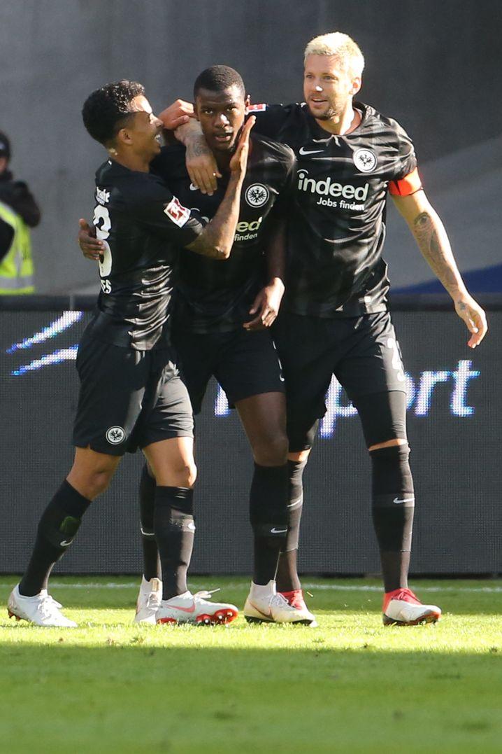 N'Dicka (Mitte) feiert seinen Treffer zum 1:0 mit Allan und Marco Russ