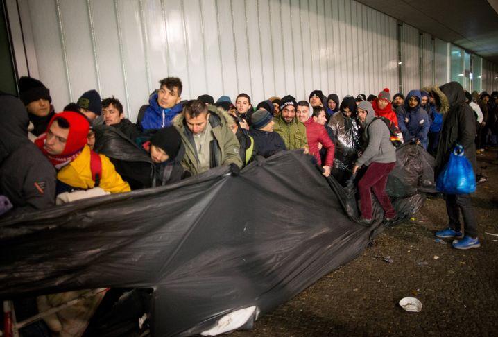 Flüchtlinge warten vor dem Lageso in Berlin