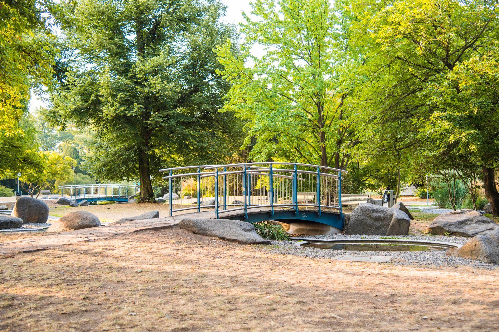 Menschenleerer Spielplatz im Stadtpark. Nürnberg, 18.03.2020 *** Empty playground in the Nuremberg municipal park, 18 0