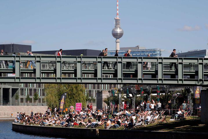 Menschen am Spreeufer in Berlin (Foto vom 31. Mai)