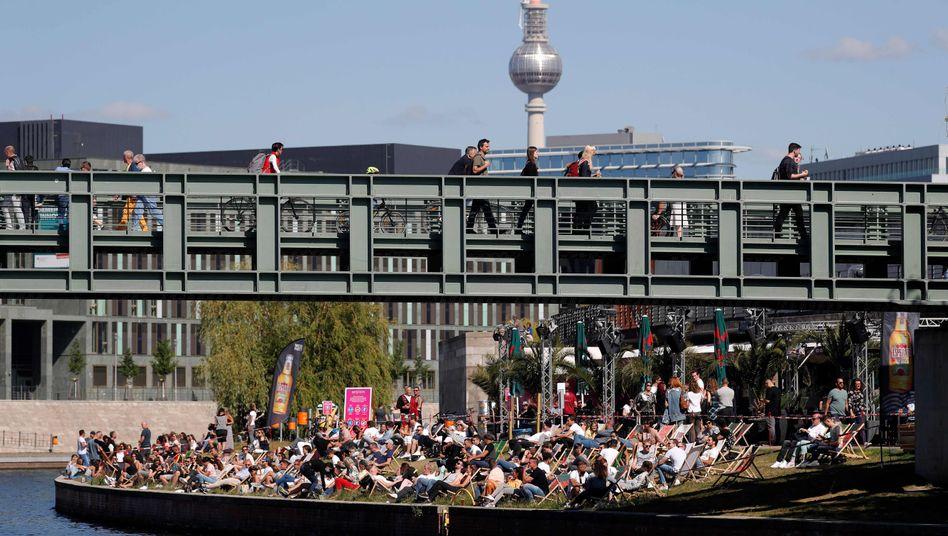 Menschen am Spreeufer in Berlin (Foto vom 31. Mai): Steigende Infiziertenzahlen in der Hauptstadt