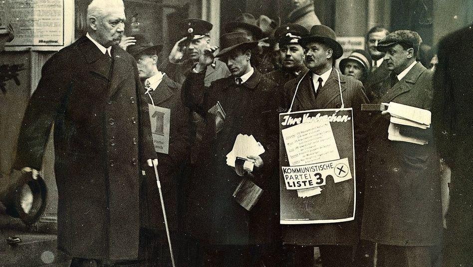 Reichspräsident Hindenburg verlässt das Wahllokal, Berlin November 1929