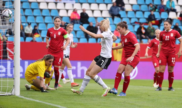 Lea Schüller (vor dem Tor) ist die Spielerin des Spiels