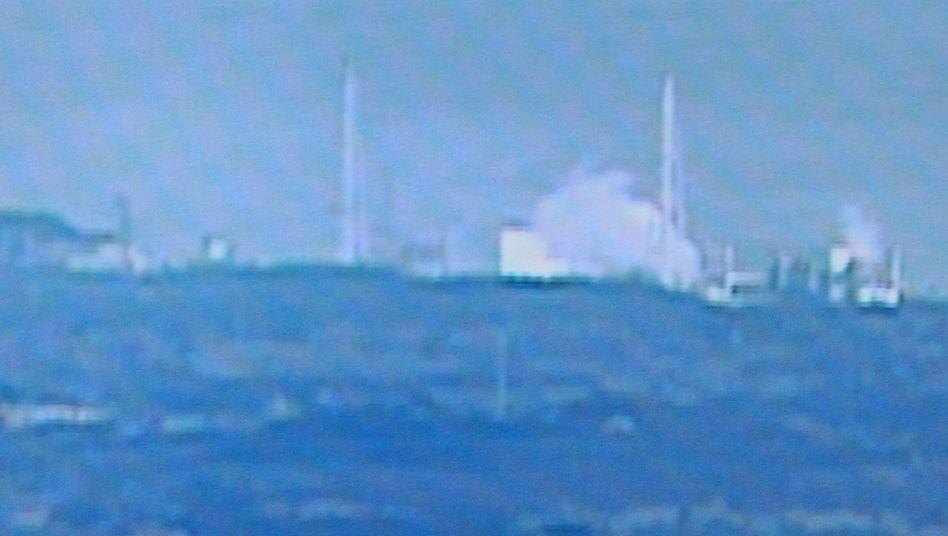 """Weißer Rauch über Fukushima-Reaktor (Fernsehaufnahme): """"Ernste Probleme"""""""