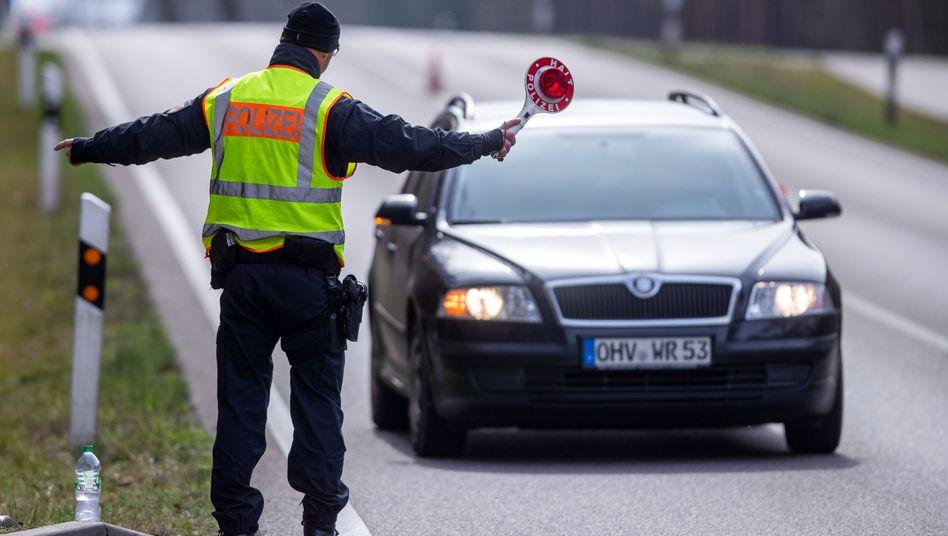 Polizisten in Neustrelitz, Mecklenburg-Vorpommern, kontrollieren fremde Fahrzeuge
