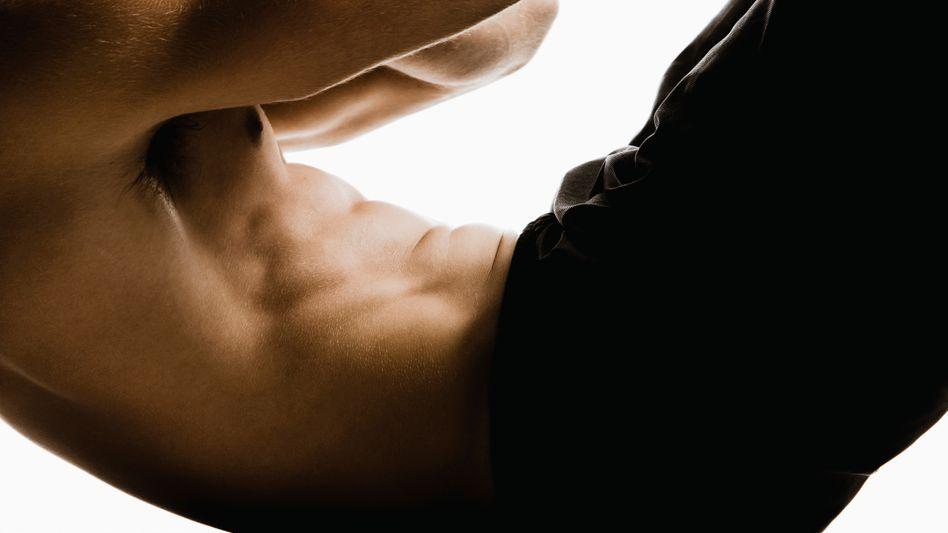 Junger Mann mit Sixpack: Man muss auch die Gegenspieler der Bauchmuskeln trainieren