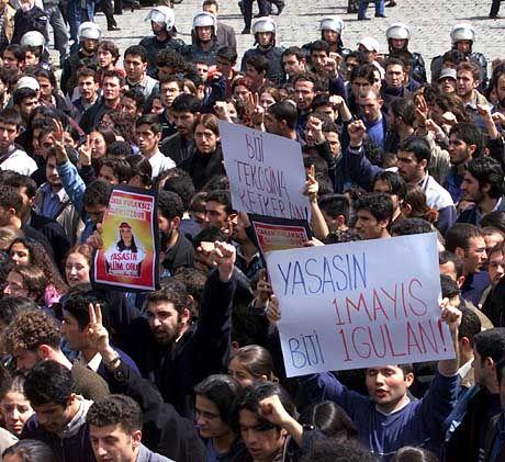 Demonstrationen gegen unmenschliche Behandlungen in den Haftanstalten: Linksradikale Studenten in Istanbul