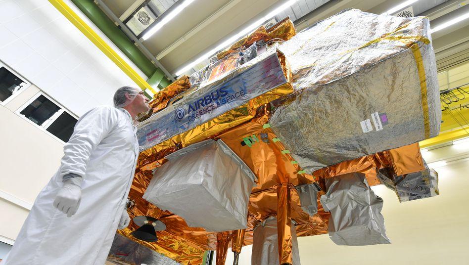 "Techniker kontrolliert Satelliten ""Metop-C"""