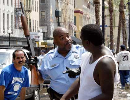New Orleans: Mit Gewehr in der Hand versucht ein Polizist Plünderer zu stoppen