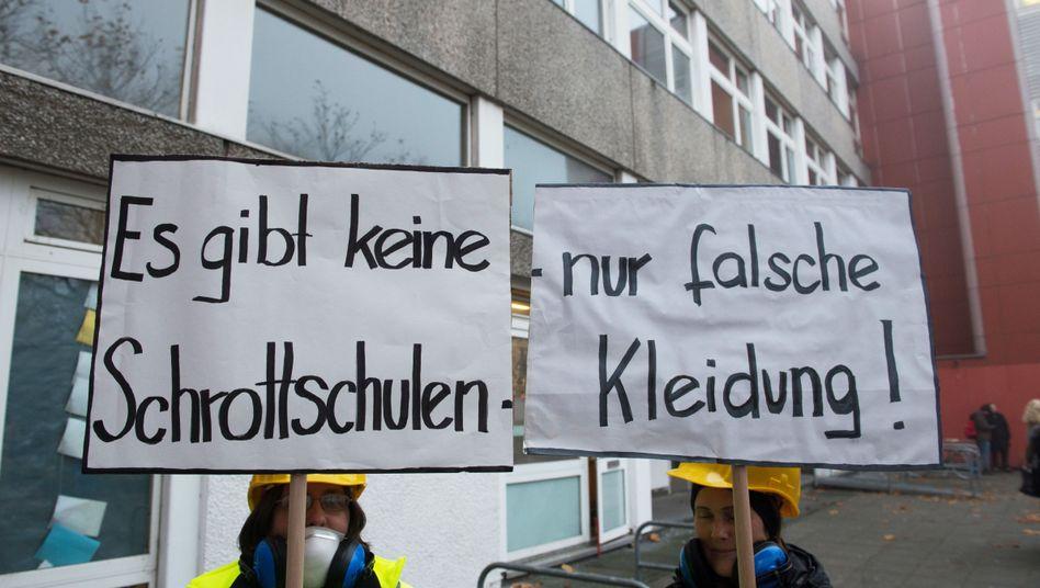 Demonstranten protestieren im November 2017 gegen Baumängel an Schulen in Berlin