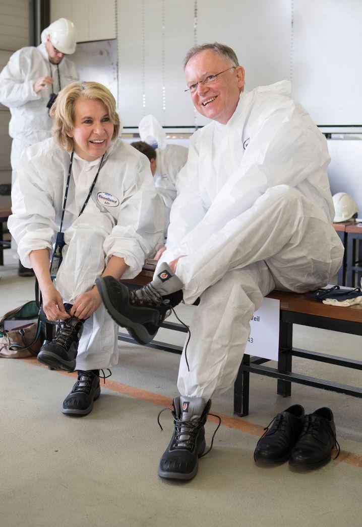 Stephan Weil besuchte noch im Juni mit Elke Twesten das Kernkraftwerk in Stade - jetzt bringt sie ihn mit einem Seitenwechsel in Schwierigkeiten