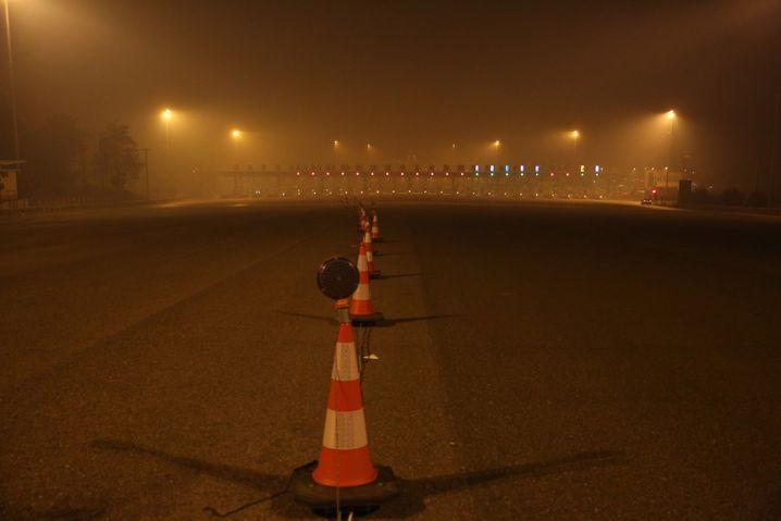 Rauch über der Nationalen Autobahn bei Afidnes: Die zentrale Nord-Süd-Verbindungsachse zwischen Athen und Thessaloniki ist wegen der Waldbrände gesperrt