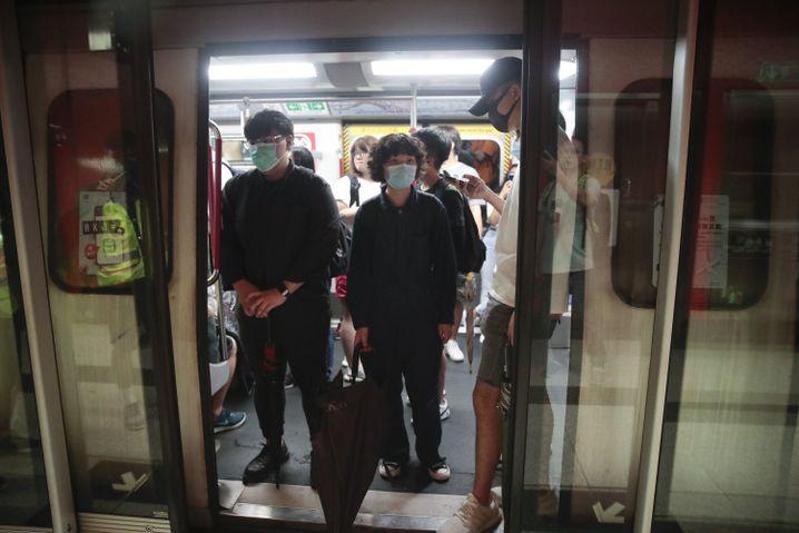 Hier vorerst keine Weiterfahrt: Demonstranten blockieren U-Bahn-Türen am Montagmorgen