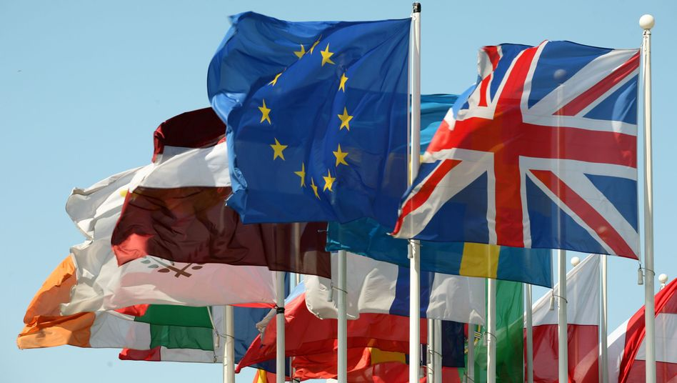 Flaggen vor dem EU-Parlament: Bankdaten-Abkommen verabschiedet