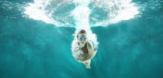 Schwimmen lernen: Wie Eltern ihre Kinder ans Wasser gewöhnen können
