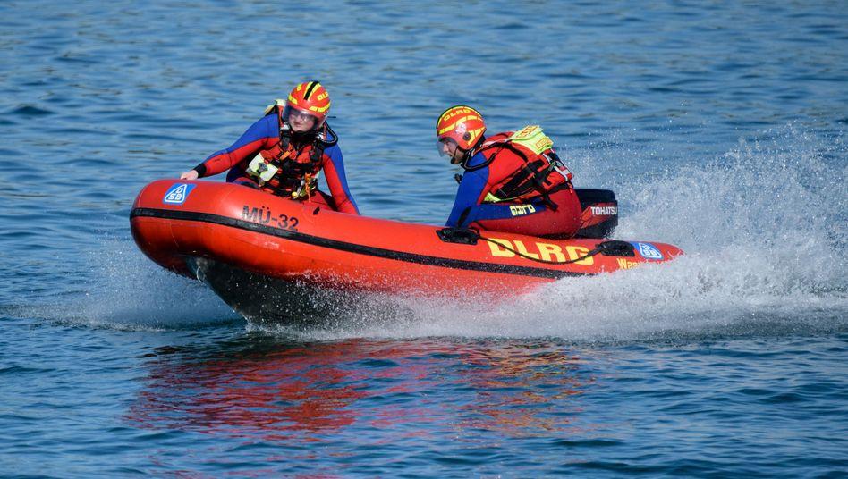 Seenotretter der DLRG in einem Schnellboot auf dem Chiemsee