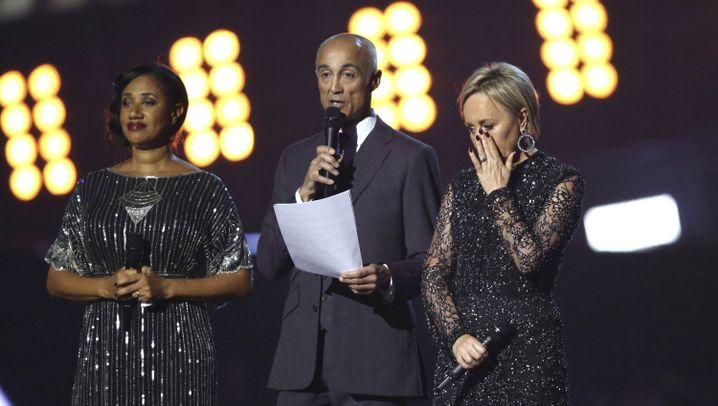 Brit Awards: Trump und May als Riesen-Skelette